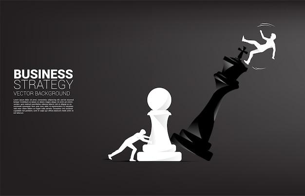 Silhouette d'homme d'affaires pousser la pièce d'échecs de pion pour mater le roi avec tomber l'homme d'affaires.
