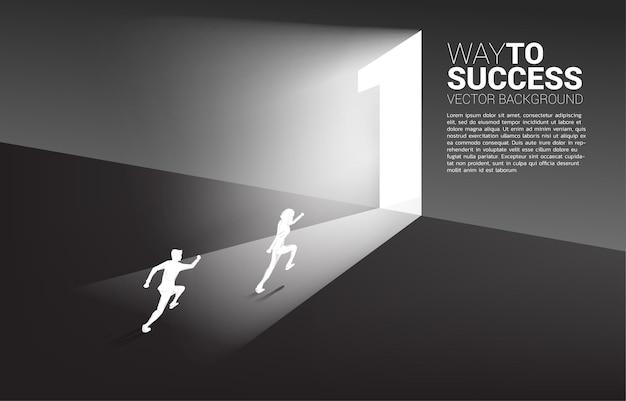 Silhouette d'homme d'affaires prêt à courir pour sortir de la porte numéro un.