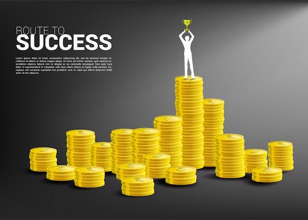 Silhouette, homme affaires, à, trophée, tasse, sommet, pile, monnaie
