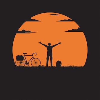 Silhouette d'un homme debout levant la main sur le pré avec le soleil est le fond
