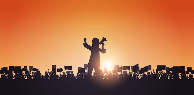 Silhouette, de, homme, à, porte voix, sur, foule, manifestants, tenue, protestation, affiches, hommes, femmes, à, vide, vote, pancartes, démonstration, discours, liberté politique, concept, portrait horizontal