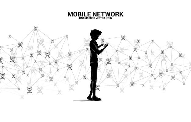 Silhouette de l'homme utilise le style de polygone d'icône de tour d'antenne de téléphone portable de connexion de point et de ligne concept de télécommunication mobile et technologie de données