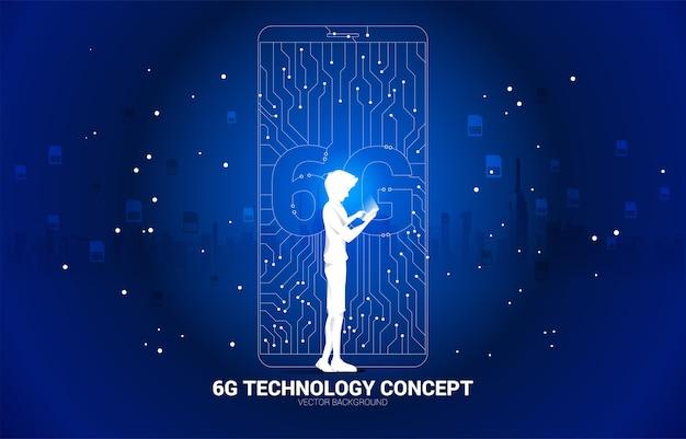 La silhouette de l'homme utilise un téléphone portable avec une icône de téléphone portable de style carte de circuit imprimé 6g dot connect line. concept de transfert de données du réseau de données mobiles.