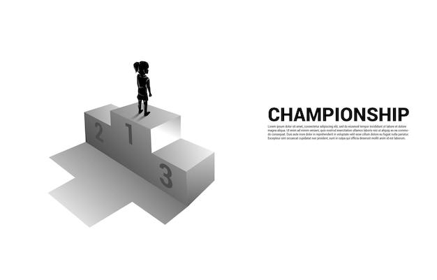 Silhouette de jeune fille debout sur le podium de la première place