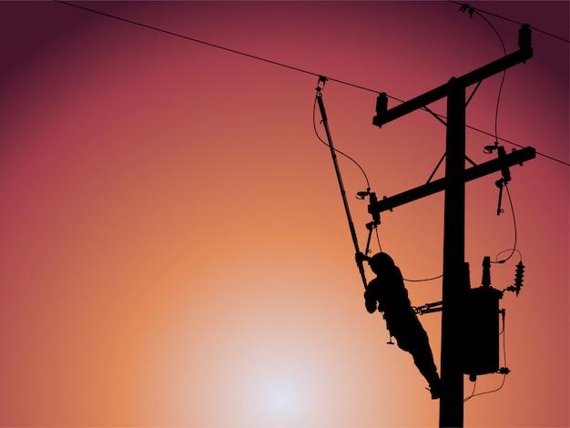 Silhouette de monteur de lignes électriques fermant un transformateur monophasé sur des lignes électriques à haute tension sous tension.