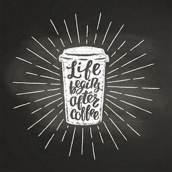 Silhouette de tasse de café en papier texturé craie avec des rayons de soleil vintage et lettrage sur tableau noir.