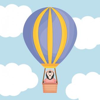 Singe mignon dans l'air chaud ballon