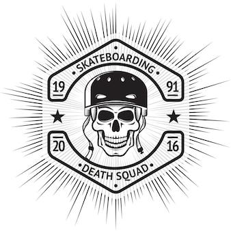 Skateboarding étiquette vintage avec le crâne en casque.