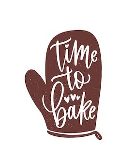 Slogan ou phrase time to bake écrit à la main avec une police calligraphique cursive sur un gant de cuisine ou un gant. lettrage élégant et outil pour la préparation des aliments. illustration vectorielle décorative monochrome dessinée à la main.