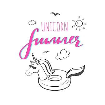 Slogan de typographie avec licorne d'été mignon dessiné à la main comme anneau en caoutchouc dans l'océan