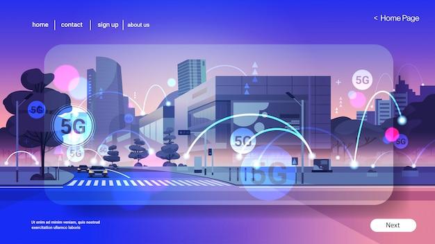 Smart city 5g réseau de communication en ligne systèmes sans fil concept de connexion cinquième génération innovante d'internet haut débit mondial moderne paysage urbain fond plat horizontal copie espace