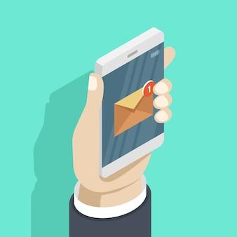 Smartphone en main avec la notification par email de nouveau message sur le téléphone portable