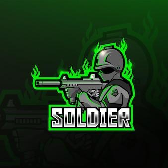 Soldat tenant la conception de logo esport mascotte pistolet fusil d'assaut