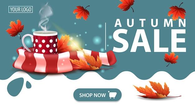 Soldes d'automne, bannière avec une tasse de thé chaud et une écharpe chaude