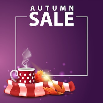 Soldes d'automne, bannière web carrée pour votre site web avec une tasse de thé chaud et une écharpe chaude