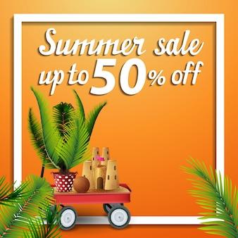 Soldes d'été, bannière web carrée à prix réduits avec chariot de jardin avec sable, château de sable et palmier en pot