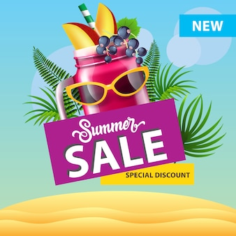 Soldes d'été, nouvelle affiche de réduction spéciale avec tasse de smoothie berry, lunettes de soleil