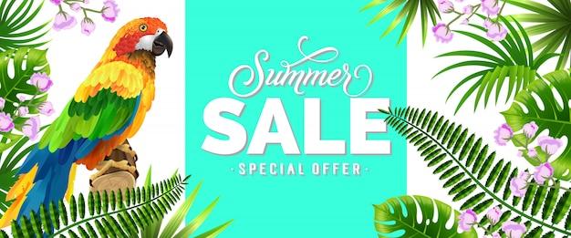 Soldes d'été, offre spéciale bannière bleue avec des feuilles tropicales, fleurs lilas et perroquet.