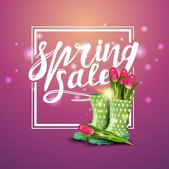 Soldes de printemps, bannière rose avec des tulipes dans des bottes en caoutchouc pour femmes