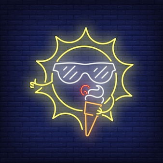 Soleil de bande dessinée manger enseigne au néon de crème glacée. personnage mignon portant des lunettes de soleil sur le mur de briques
