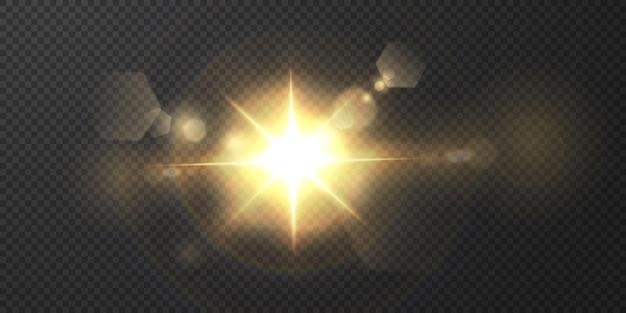 Le soleil brille des rayons de lumière brillants avec un éblouissement réaliste. étoile légère sur fond noir transparent.