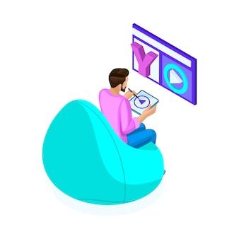 Sometric jeune homme édite des vidéos, des montages vidéo pour les réseaux sociaux, son blog, travaille en freelance, travaille sur une tablette coûteuse. adolescents et gadgets