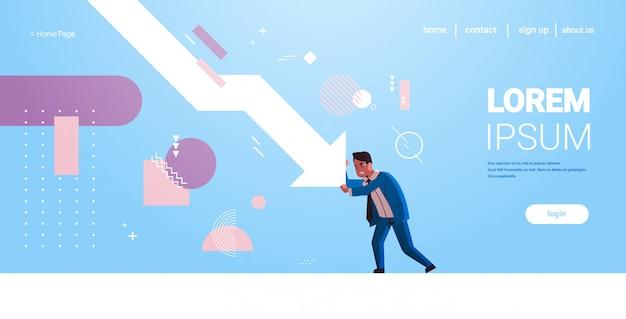 Souligne l'homme d'affaires arrêtant la flèche économique tombant en crise financière concept de risque d'investissement en faillite pleine illustration vectorielle