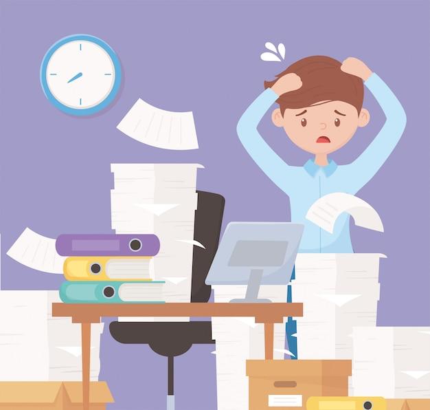 A souligné l'homme d'affaires dans le travail de bureau avec des boîtes de papier de pile dans le bureau