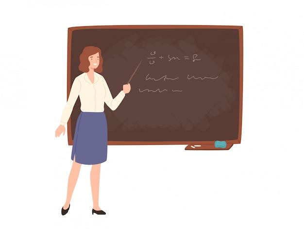 Souriante jeune enseignante d'école ou d'université debout à côté du tableau, tenant le pointeur et donnant une conférence.