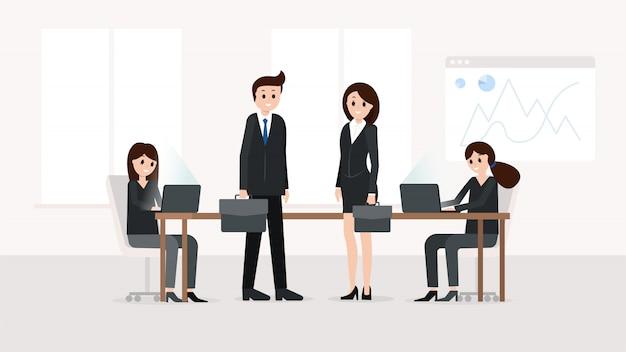 Sourire des travailleurs d'équipe dans la salle de réunion