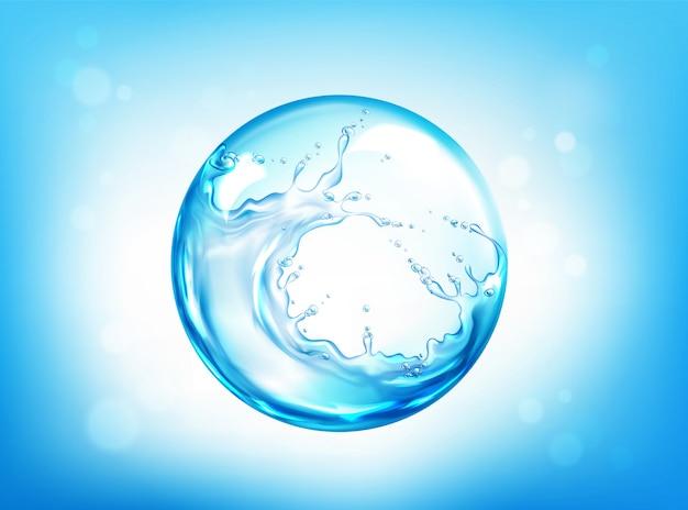 Sphère d'eau éclaboussant sur ciel bleu