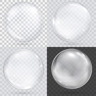 Sphère de verre blanche transparente sur un damier