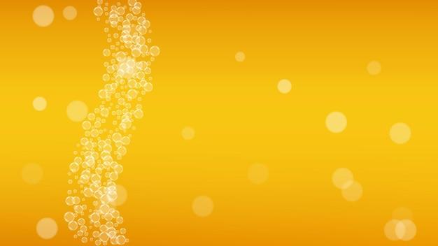 Splash bière. contexte pour la bière artisanale. mousse d'oktoberfest. pinte de bière froide avec des bulles blanches réalistes. boisson liquide fraîche pour la conception de menus de restaurant. tasse d'or avec de la bière splash.