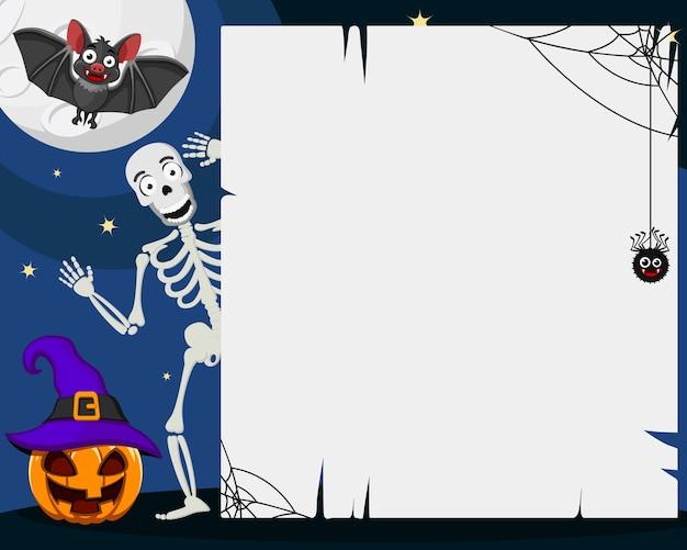 Un squelette jette un œil derrière une feuille blanche à côté d'une citrouille et d'une chauve-souris, fond d'halloween. espace pour le texte.