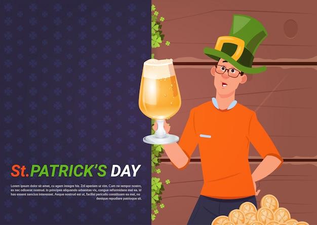 St. patricks day avec homme au chapeau vert tenant un verre de bière