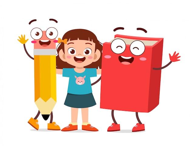 Stand de fille enfant mignon heureux avec livre et crayon
