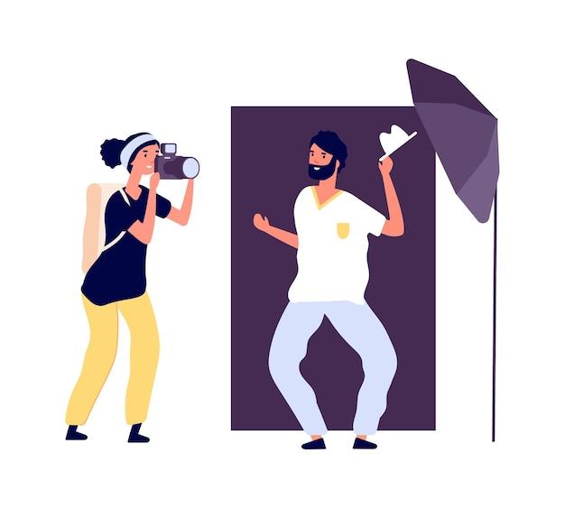 Studio de photographie. photographe posant acteur. séance photo professionnelle pour portfolio avec équipement et accessoires. homme souriant de style plat