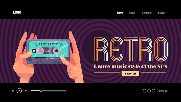 Style de musique de danse rétro des mains de la bannière s tenant une cassette audio