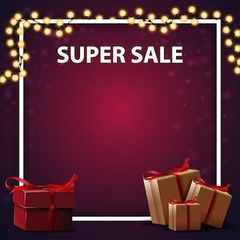 Super vente, bannière de réduction carrée pourpre avec des boîtes-cadeaux et une place pour votre texte
