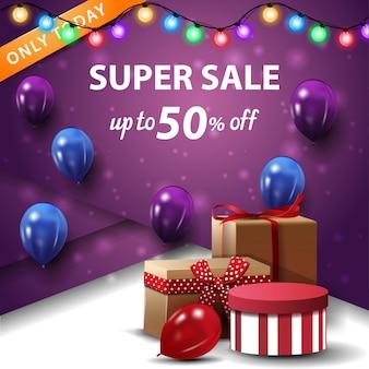 Super vente, jusqu'à 50% de réduction, bannière de remise carrée mauve avec boîtes-cadeaux et ballons