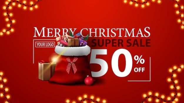 Super vente de noël, jusqu'à 50% de réduction, bannière de rabais moderne rouge avec sac du père noël avec des cadeaux