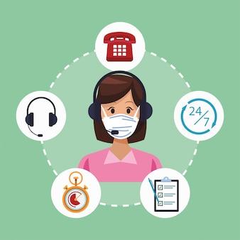 Support de centre d'appels travailleur féminin portant un masque médical