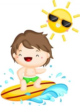 Surfeur surfant au soleil