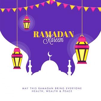 Suspendre les lanternes lumineuses et la mosquée sur fond violet. concept du ramadan kareem.