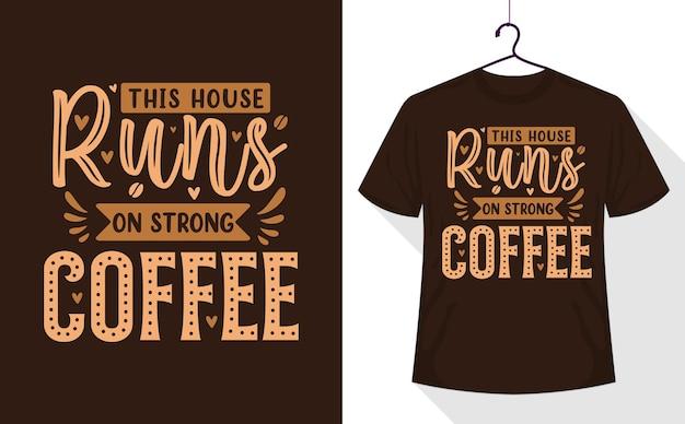 T-shirt de citations de café, cette maison fonctionne au café fort
