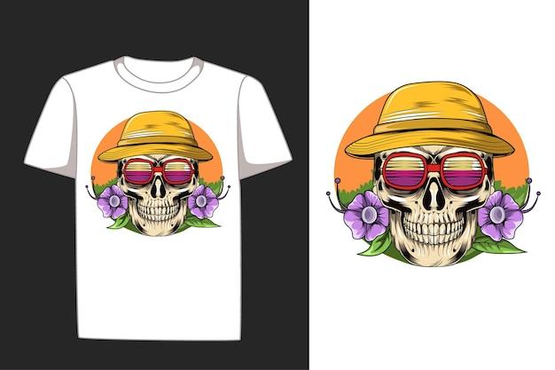 T-shirt d'été avec des fleurs de beauté, un chapeau et des lunettes