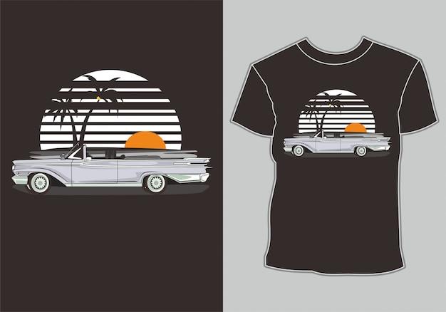 T-shirt d'été, voiture vintage rétro sur la plage