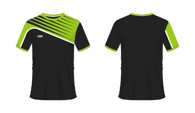 T-shirt vert et noir modèle de football ou de football pour club d'équipe sur fond blanc. maillot de sport.
