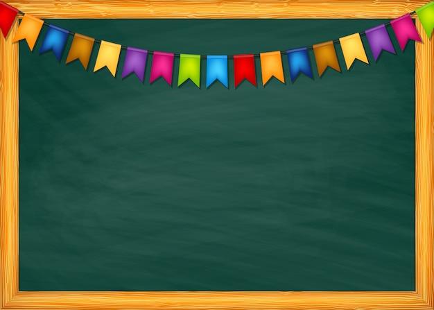 Tableau noir de l'école avec des guirlandes de drapeaux colorés