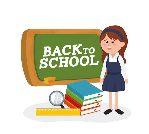 Tableau noir et fille étudiante portant l'uniforme et les livres